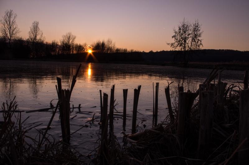 Sonnenuntergang über  zugefrorenen See